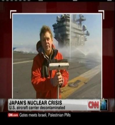 Reportero de la CNN dando por factible el descontaminar la cubierta del portaaviones USS Ronald Reagan simplemente barriéndola y fregando con escobas.