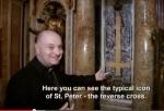cruz invertida dentro del vaticano